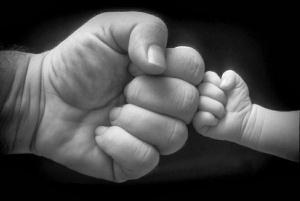 manos-de-papa-y-bebe